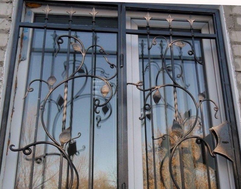 Кованые распашные решетки на окна