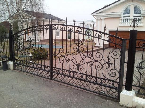 Распашные кованые ворота Владивосток