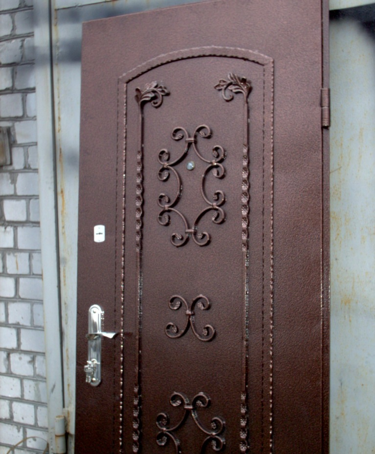 кованые накладки на металлическую дверь