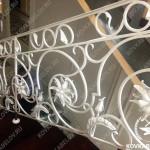 Белая кованая лестница в загородном доме Владивосток